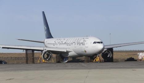 L'Airbus de seixanta metres de llarg, sense motors ni tren d'aterratge i descansant sobre suports al pàrquing d'Aeronpark.