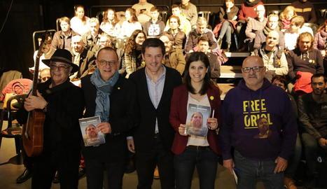 Sergi Sol, entre Miquel Pueyo i Marta Vilalta, va presentar ahir el seu llibre al Teatre de l'Escorxador.