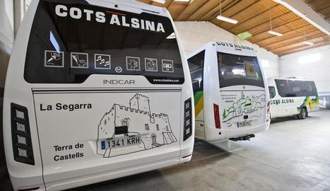 Alguns dels autobusos amb imatges de la comarca.