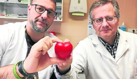Metges del centre mostrant el nou dispositiu cardíac.