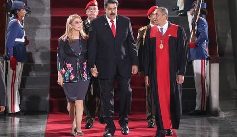 Nicolás Maduro i la seua esposa, en la presa de possessió, ahir.