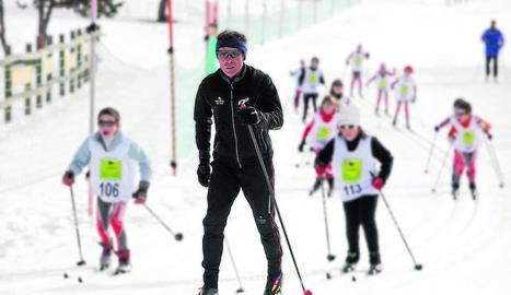 Josep Giró, ensenyant la pràctica de l'esquí de fons a un grup de nens a Andorra.