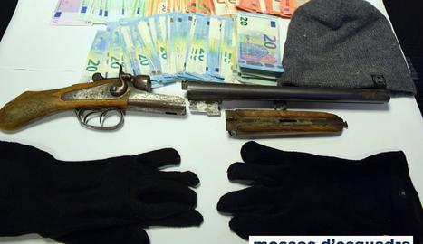 Imatge dels diners robats i l'escopeta, passamuntanyes i guants que portava l'atracador.