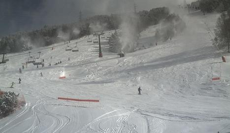 Els canons de neu a les pistes de Baqueira Beret funcionant a ple rendiment.