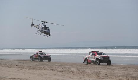 Un helicòpter sobrevola el vehicle de Peterhansel.