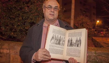 Joan Pedrós, de TradiSió, amb un gravat dels gegants.
