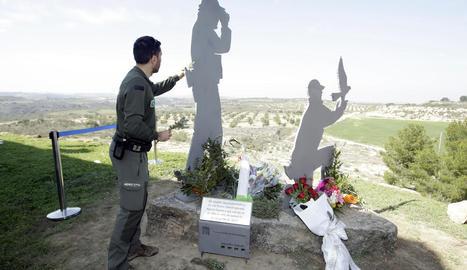 Ofrena floral al monument d'homenatge als agents rurals assassinats a Aspa, a la reserva natural de Mas de Melons.