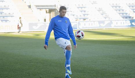 Juanto Ortuño pugna amb un jugador del Vila-real B, en una acció del partit.