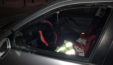 Imatge del vidre del conductor trencat del vehicle en què van robar.