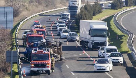 Bolca un camió a Bellpuig i un motorista, ferit greu a Agramunt