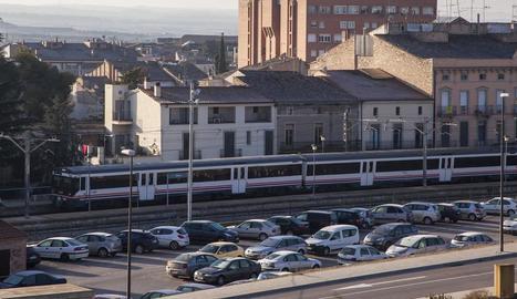 Un tren a l'arribar ahir al matí a l'estació de Tàrrega des de Lleida amb 28 minuts de retard.