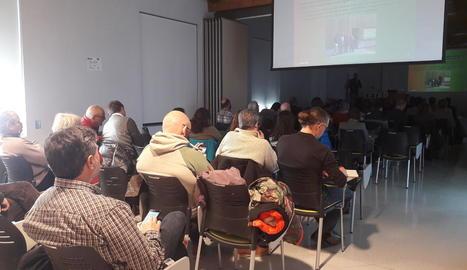 Un centenar de persones van assistir a la jornada sobre la gestió de boscos públics.