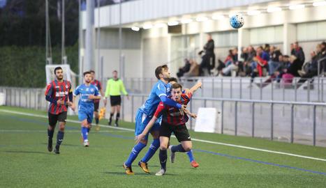 Una acció del partit que el Tàrrega va jugar ahir a Cambrils i en el qual va aconseguir un punt.