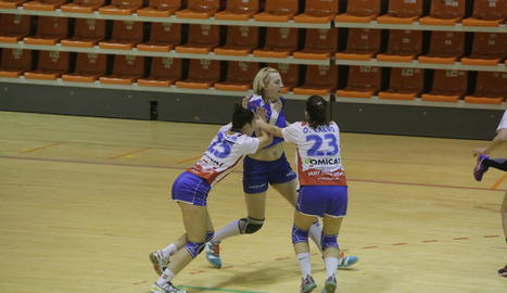 Irina Pop intenta superar dos jugadores rivals.