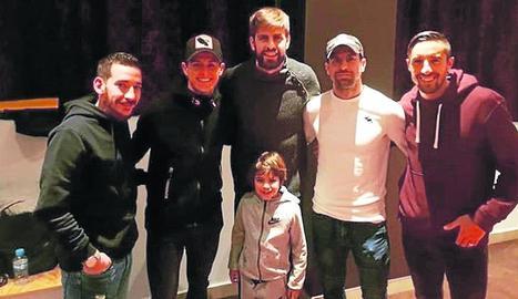 Piqué i el seu fill Milan, amb jugadors de l'Andorra.