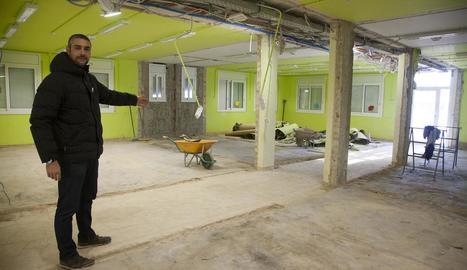 L'alcalde, Bernat Solé, mostrant els treballs de demolició.