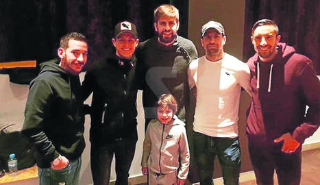 Piqué i el seu fill Milan, amb jugadors de l'Andorra
