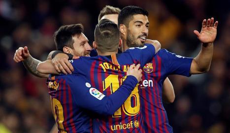 Leo Messi, Luis Suárez i Jordi Alba celebren el gol anotat per l'argentí, el número 400 del seu compte a la Lliga espanyola.