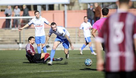 Tres jugadors del Mollerussa superen un rival en una acció del partit que es va disputar ahir.