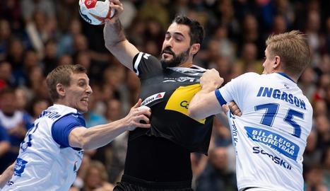 Entrerríos intenta llançar davant d'Olafur Andres Gudmundsson.