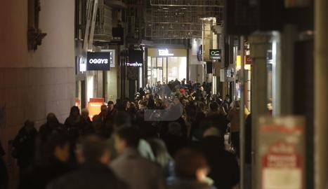 Imatge de l'Eix ahir a la tarda amb centenars de lleidatans.