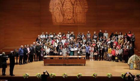 Fotografia final a l'Auditori Enric Granados amb els guanyadors i organitzadors del concurs de l'Agrupació Ilerdenca de Pessebristes.