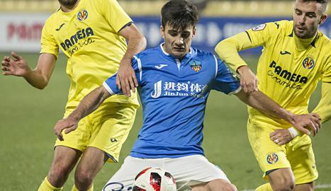 Xemi intenta controlar la pilota en una acció del partit de dissabte a Vila-real.