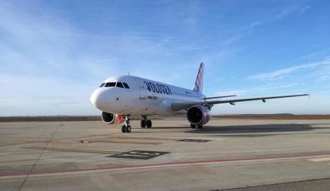 L'airbus de la companyia Volotea, ahir a l'aeroport d'Alguaire.
