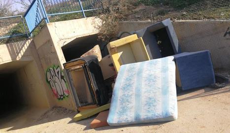 Barricada ahir que tapava el pas sota la via de l'AVE.