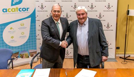 El rector de la UdL, Roberto Fernández, i el president d'ACATCOR, Amadeu Ros, han signat el conveni.