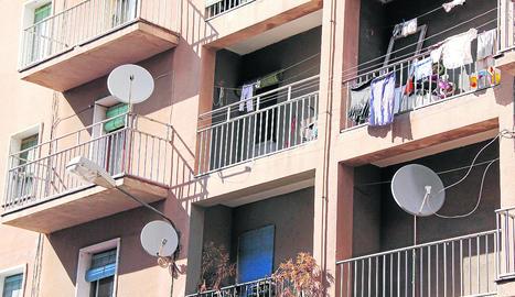 Entra en vigor en un mes la normativa que veta les antenes a les façanes a Lleida