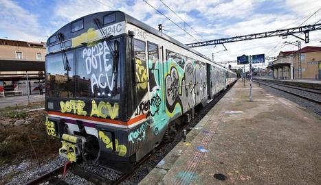Un dels trens Cervera-Lleida afectats per l'acció de grafiters.