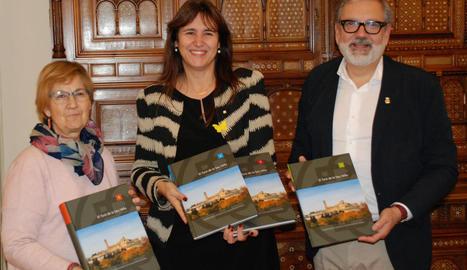 Fèlix Larrosa i Montse Parra van entregar ahir el dossier de la candidatura a la consellera Laura Borràs.