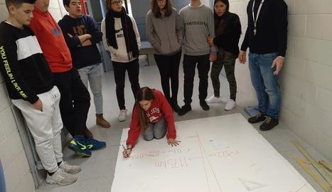 Alumnes del Guindàvols calculant el radi de la Terra.