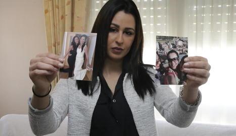 Ailham Mohamed, ahir al seu habitatge de Torrefarrera, ensenyant fotos de la seua germana Farah.