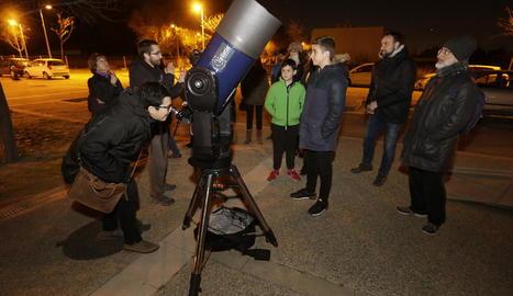 Alguns dels participants en l'observació astronòmica, ahir a Agrònoms.