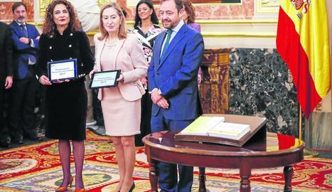 La ministra d'Hisenda, María Jesús Montero, va entregar el projecte de Pressupostos al Congrés.