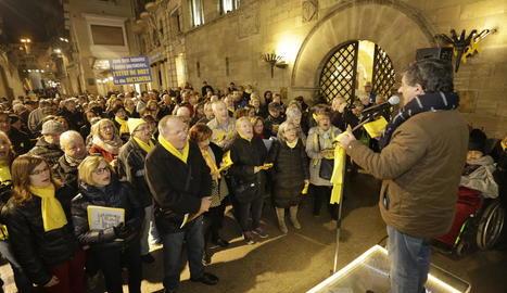 Pels presos i exiliats - Com cada dilluns des de fa més d'un any, el grup de Cantaires de Ponent es va congregar ahir a les vuit de la tarda a la plaça de la Paeria de Lleida per denunciar la presó provisional dels líders independentistes acu ...