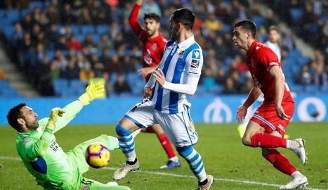 Juanmi Jiménez intenta superar Diego López en una acció del partit d'ahir.