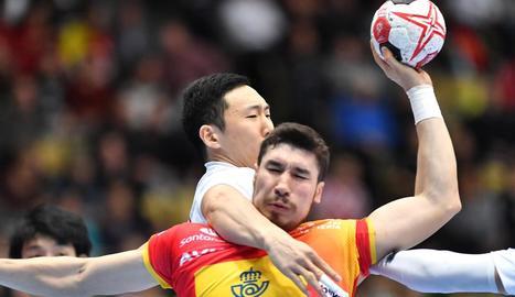Alex Dujshebaev intenta llançar davant la defensa de Kohei Narita.