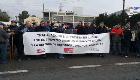 Un moment de la protesta dels treballadors i jubilats d'Endesa.