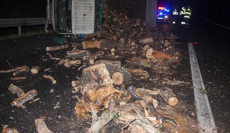 La llenya va quedar escampada al mig de la calçada després del xoc registrat ahir a l'autovia a Bellpuig.