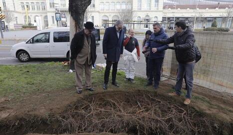 Larrosa, Queralt i Mòdol, visitant les obres de la plaça.