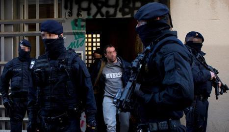 Imatge d'un dels arrestats en un pis del districte barceloní de Ciutat Vella, ahir.
