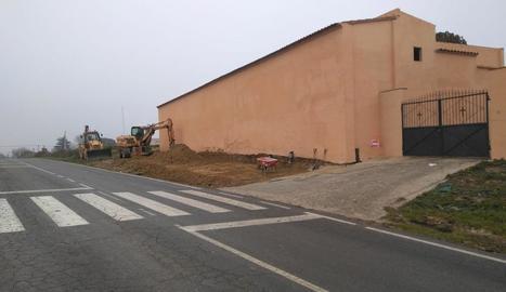 Les obres a la façana del cementiri de Benavent.