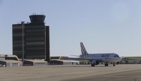 Imatge de l'avió de Volotea el passat 10 de gener davant de la terminal de l'aeroport.