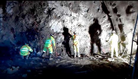 Imatges dels operaris treballant a l'interior de la galeria del túnel de Tres Ponts, a la C-14.