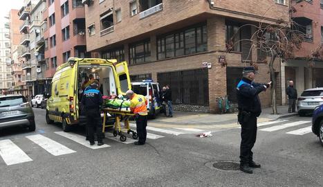 Moment en què els serveis d'emergències van traslladar el ciclista ferit ahir a Alfred Perenya.