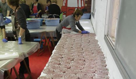L'Associació de Mestresses de Casa d'Alcarràs va elaborar 400 quilos de botifarró i 450 de llonganissa.
