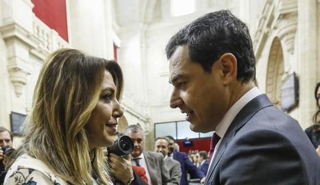 Susana Díaz felicita el seu successor al càrrec, Juanma Moreno.